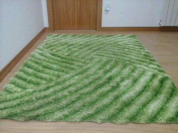 Carpete verde em bom estado