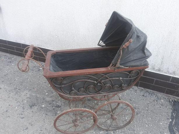 Uroczy antyczny wózek dla lalek