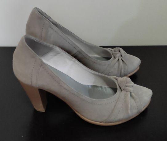 Sapatos cinzentos