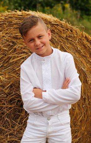 Вишиванка для хлопчика на кнопках з білою вишивкою