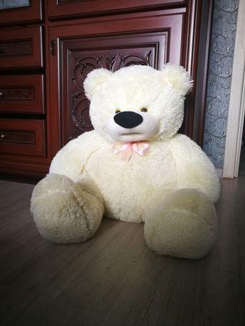 Огромный белый медведь