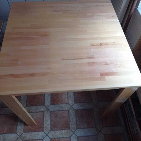 Kwadratowy drewniany stół