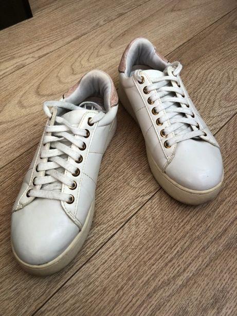 Белые кроссовки кеды