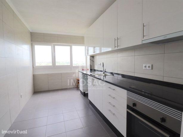T4 Totalmente Remodelado c/ cozinha Semi-Equipada em Sant...