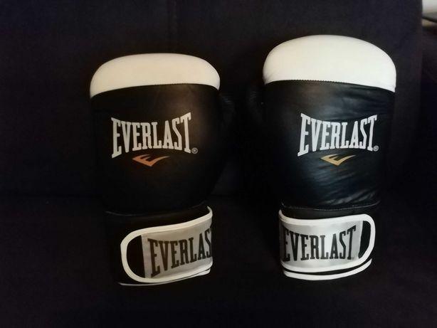 Rękawice bokserskie Everlast.