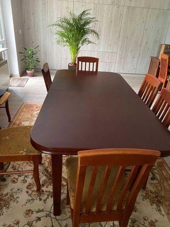 Stół plus 8 krzeseł.