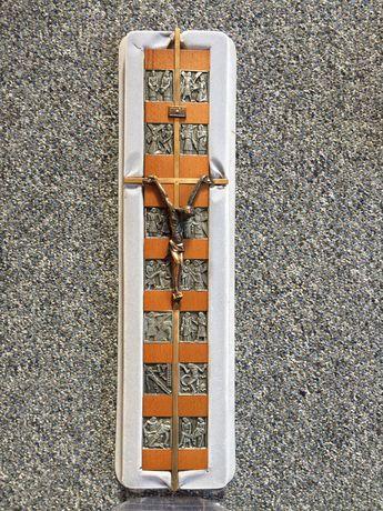 Krzyż metalowy na drewnianej podstawie