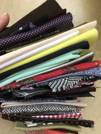 Клаптики тканин різних розмірів і кольорів