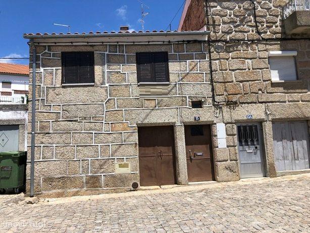 Moradia em pedra de 2 pisos com quintal junto ao Largo da...