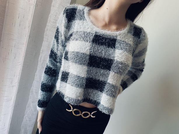 Biały czarny włochaty sweterek w kratkę
