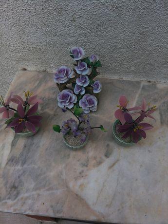 4 arranjos florais, os 3 mais pequenos, as flores são de porcelana.