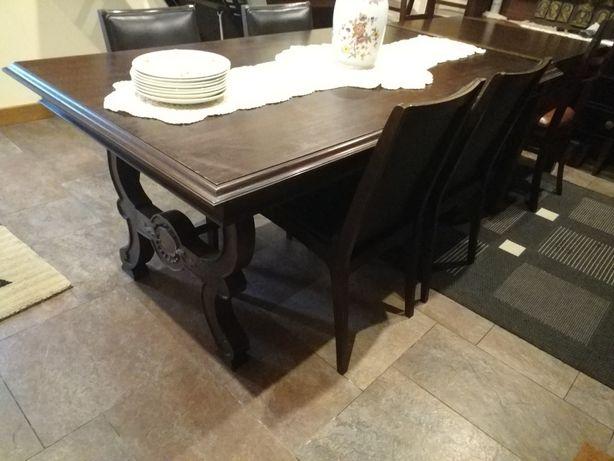Móvel e mesa estilo clássico