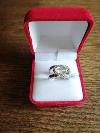 Sprzedam piękny srebrny pierścionek z duzym oczkiem