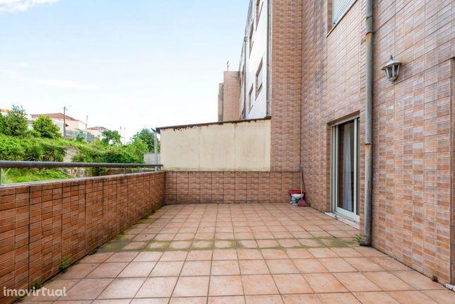 No centro de Fiães, um apartamento T2 com terraço!