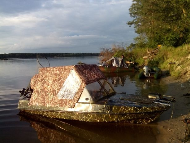 Лодка Обь с мотором и лафетом