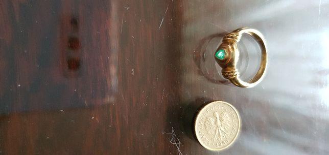 złoty pierścionek z kamieniem, rozm 8