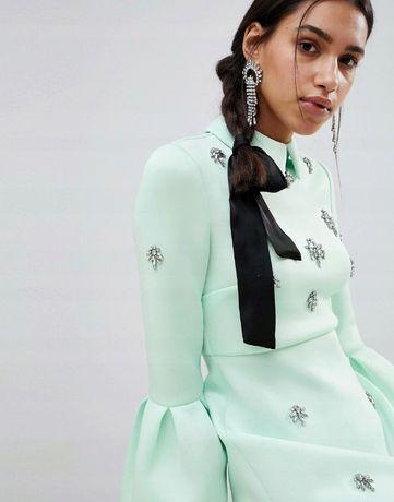 Piękna nowa sukienka z kamieniami z pianki