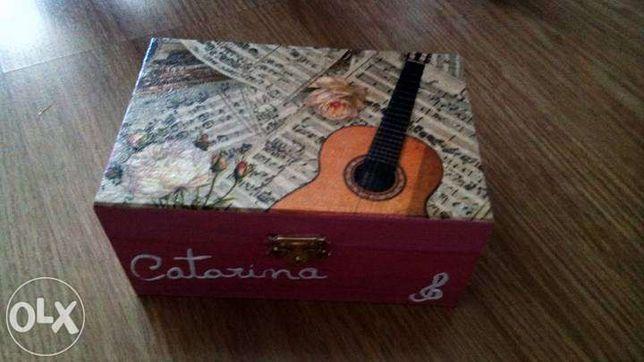 Caixa de madeira pintada - Catarina