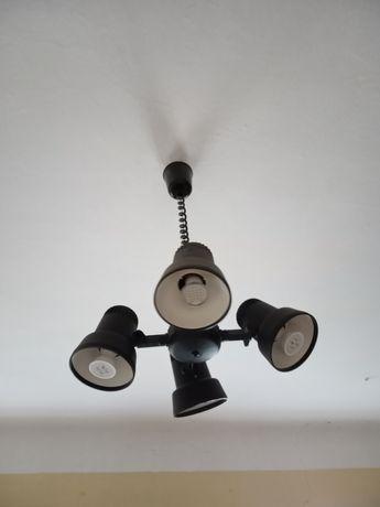 Lampa sufitowa opuszczana.