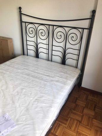 Vendo cama de casal com colchão em excelente estado de ferro cor preto