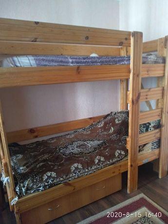 Двухэтажная деревянная кровать.