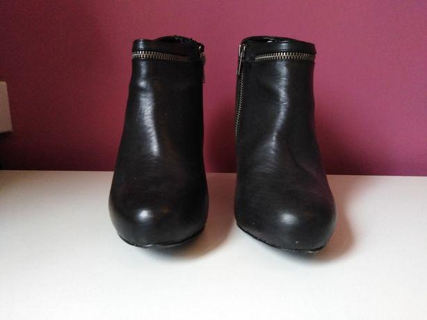 Czarne botki na zamku