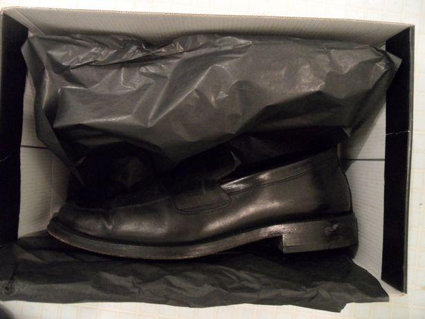 Sapatos pretos todos em pele