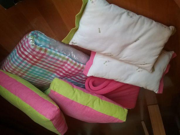 Coberta, almofadas, candeiro, abajours e tapete para Quarto de menina