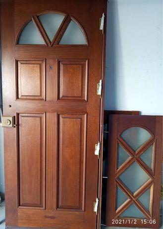 Porta de entrada em madeira maciça