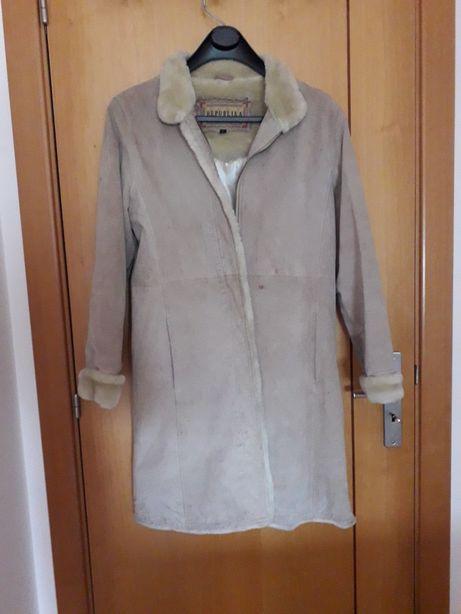 casaco comprido em pele, beje. Tamanho S/M