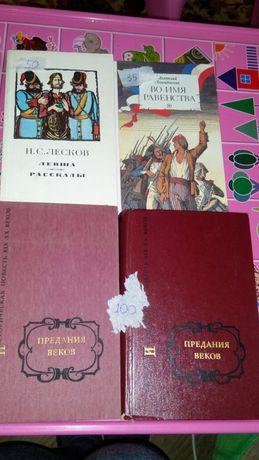 Книги на радянську тематику.