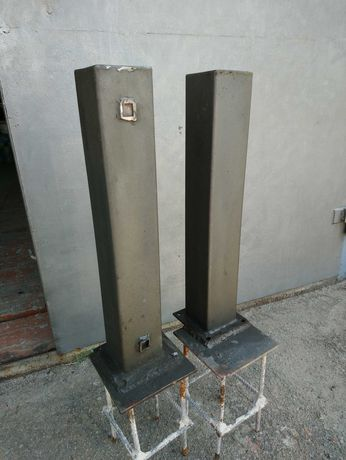 Два  металлических столбика.