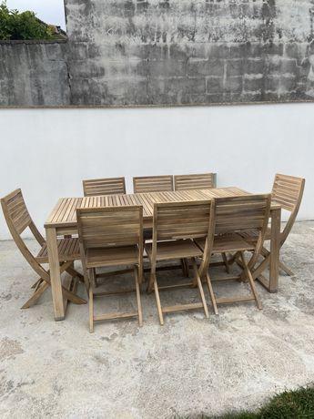 Mesa e cadeiras de exteriror em madeira