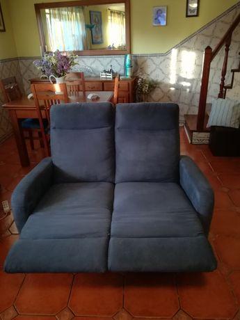 Sofá de dois lugares, extensível, com descanso de pernas