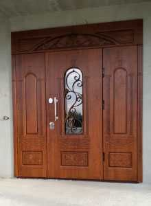 Входные двери в дом с стеклом