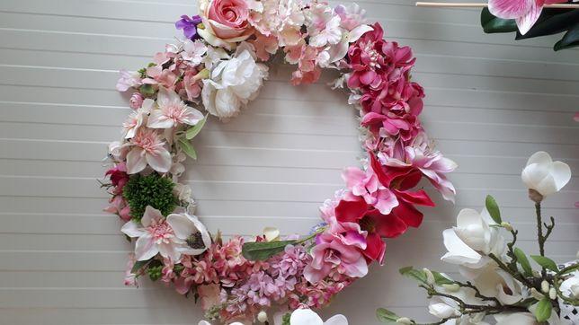 Wianek kwiatowy. Z kwiatow jedwabnych. 60 cm srednicy