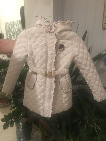 Модное белое демисезонное пальто для девочки с рюшами