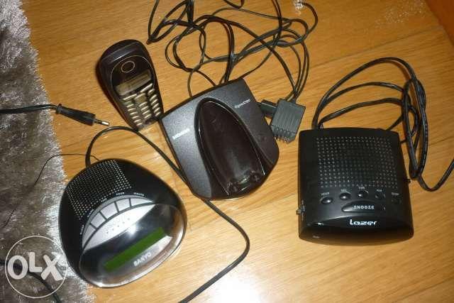 Rádios despertador e telefone sem fios.