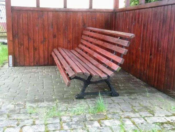 Ławka ogrodowa na żeliwnych nogach.
