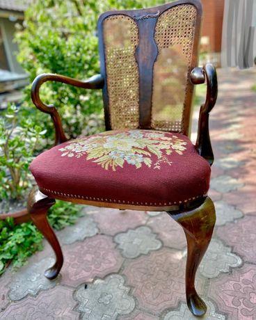 Кресло с вышивкой и гнутыми подлокотниками. Бельгия
