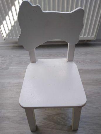 Białe drewniane krzesło dla dziecka
