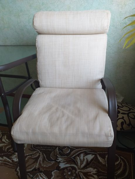 Продаю стол и 4 стулья