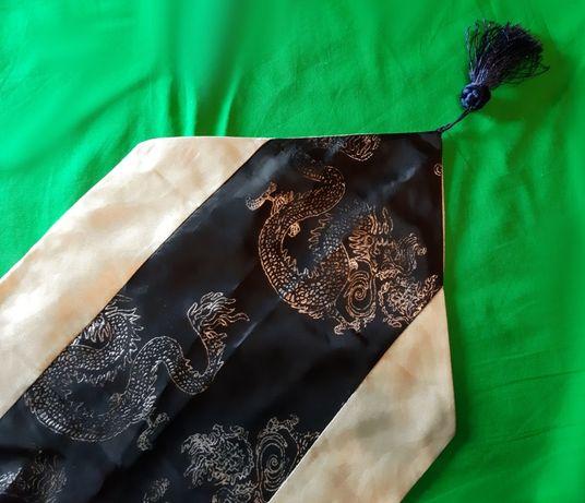 Jedwabny, perłowo-czarny szal w smoki - idealny na rozdanie dyplomów!