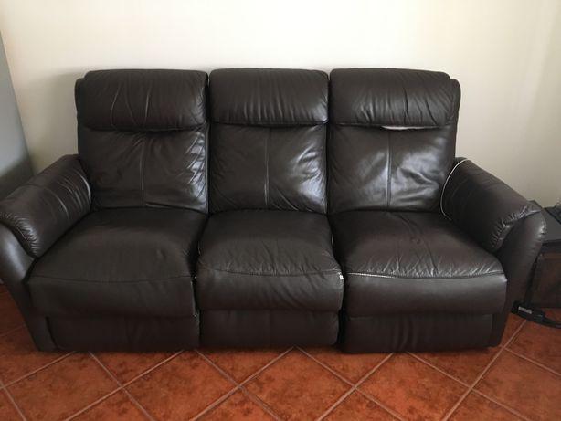 Sofá de sala com algum uso