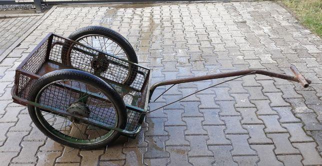 Stary solidny wózek transportowy