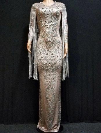 Długa dopasowana sukienka bogato zdobiona kamieniami frędzle