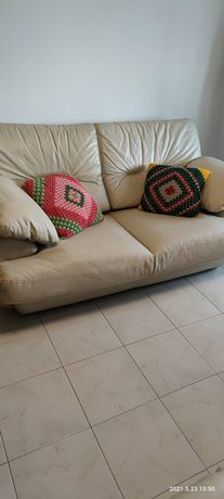 2 sofás de 2 lugares bejes em bom estado