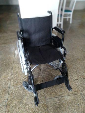 Cadeira de rodas cor preto e prateada