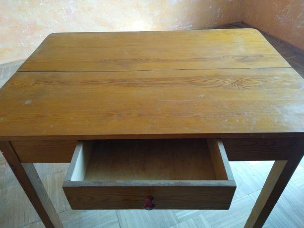 Stary stół drewniany do renowacji