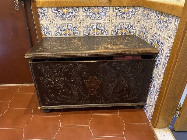 Arca antiga em madeira